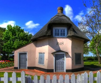 Dutch Cottage at Castle Point, by Dabbishaw at en.wikipedia (pic cropped)
