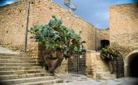spain-courtyard-santa-barbara-castle