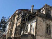 Crumbling balcony - Porto