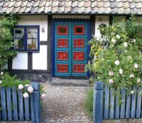 Door in Sweden, photo by Hellebardius (pic cropped)