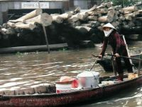 soep verkoopster Vietnam - saleswoman  with soup in the boat
