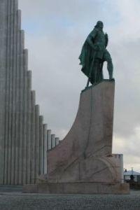 Iceland, Reykjavik, Leif Ericsson discoverer in front of Hallsgrim Kirkja (church)