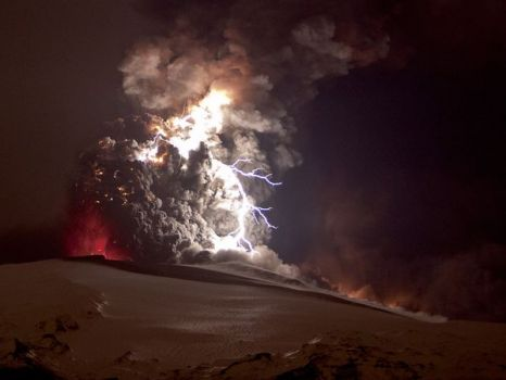 volcano05-smoke-lightning-iceland_22332_600x450