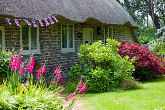 thatched-cottage-and-garden