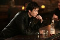 vampire-diaries-damon-verre-bar