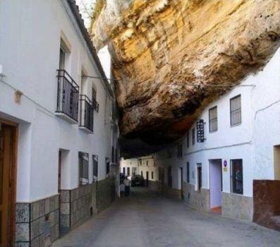 Sentenil las Bodegas, a village built under a rock