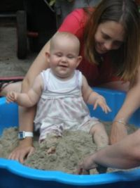 Bij oma in de zandbak