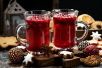 Christmas arrangements: cookies and mugs with mulled wine