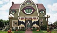 HALLOWEEN HOUSE LOOKING AT YOU