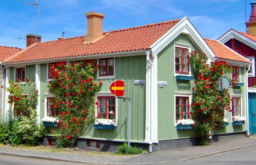 House with wonderful roses, Kalmar, Sweden, by claeskrantz (pic cropped)