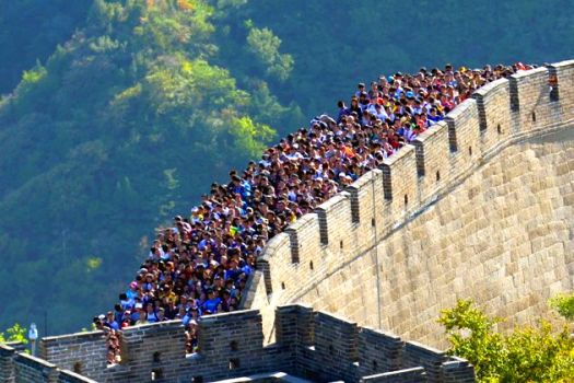 CHINA - THE GREAT WALL ON A VERY BUSY DAY !