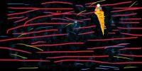 eistüte mit Luftschlangen in der Nacht